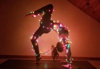 Νέα τρέλα στο Instagram: Όλες ποζάρουν κάνοντας γιόγκα με λαμπιόνια [εικόνες] - Κεντρική Εικόνα