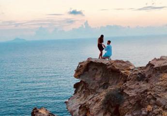 Γιατί το twitter ψάχνει να βρει το ζευγάρι αυτής της φωτογραφίας από την Σαντορίνη;  - Κεντρική Εικόνα