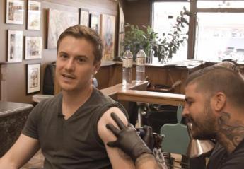 """""""Χτύπησε"""" 3 τατουάζ για να διαπιστώσει αν τα ακριβά είναι και καλύτερα [βίντεο] - Κεντρική Εικόνα"""