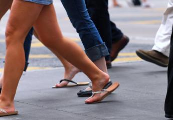 Ένας τύπος μιμείται 100 διαφορετικά στυλ βαδίσματος σε ένα βίντεο - Κεντρική Εικόνα