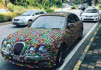 True story: Κόλλησε χιλιάδες αυτοκινητάκια πάνω σε μια Jaguar [εικόνες] - Κεντρική Εικόνα