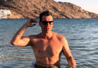 O Σάκης Ρουβάς ομολόγησε πως κολυμπά γυμνός στη θάλασσα  - Κεντρική Εικόνα