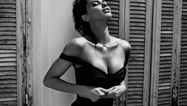 H Adriana Lima σε μια ασπρόμαυρη φωτογράφηση που κολάζει [εικόνες] - Κεντρική Εικόνα