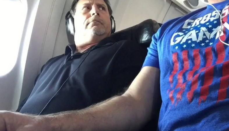 Κάποιοι... διεκδικούν το μπράτσο της θέσης τους στο αεροπλάνο  [βίντεο] - Κεντρική Εικόνα