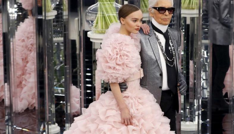 H κόρη του Johnny Depp ήταν μια ροζ οπτασία στο σόου της Chanel [εικόνες] - Κεντρική Εικόνα