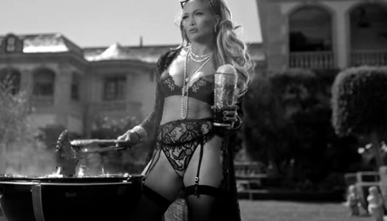 Στο νέο της βίντεο η Jennifer Lopez κάνει μπάρμπεκιου φορώντας... ζαρτιέρες - Κεντρική Εικόνα