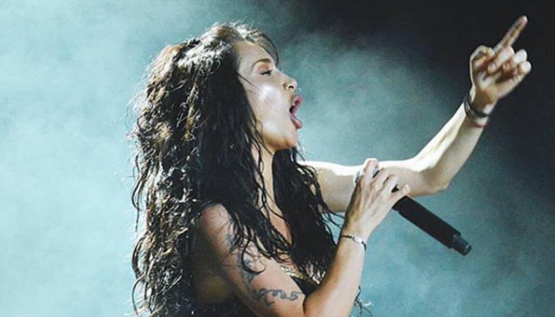 Ξημέρωσε και ακόμα τραγουδούσε η Πάολα στη Ρόδο [εικόνα] - Κεντρική Εικόνα