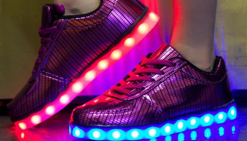 Τα sneakers με LED είναι πολύ νεανικά; Αυτός ο παππούς διαφωνεί [βίντεο] - Κεντρική Εικόνα