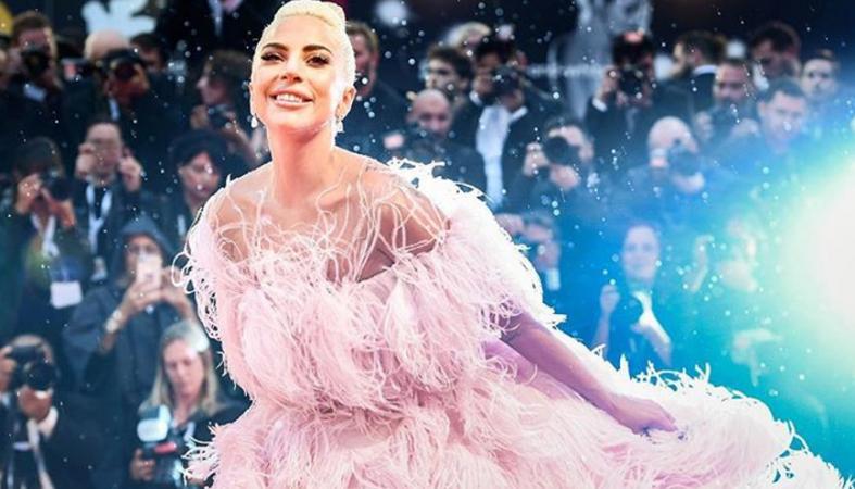 Tι και αν είναι σταρ; Δείτε τη  Lady Gaga να κουβαλά πίτσες για καλό σκοπό [εικόνα] - Κεντρική Εικόνα