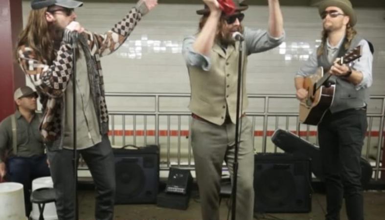 Και όμως αυτή η... street μπάντα στο μετρό είναι ένα πασίγνωστο γκρουπ [βίντεο] - Κεντρική Εικόνα