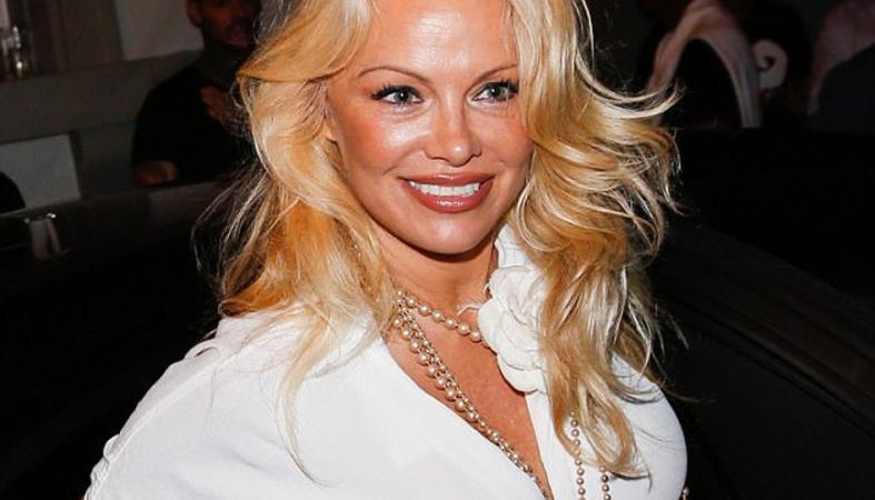 Η Pamela Anderson είναι ζευγάρι με πασίγνωστο ποδοαφαιριστή; [εικόνες] - Κεντρική Εικόνα