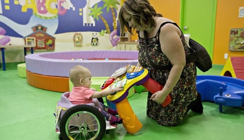 True story: Γονείς έφτιαξαν μόνοι τους αναπηρικό αμαξίδιο για το μωράκι τους [βίντεο] - Κεντρική Εικόνα