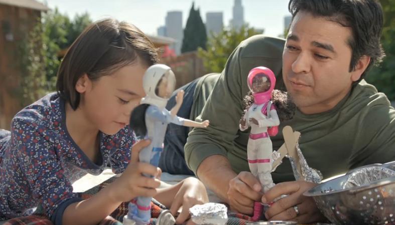 Μπαμπάδες παίζουν με κούκλες στο νέο σποτ της Barbie [βίντεο] - Κεντρική Εικόνα