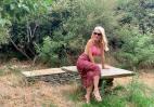 H Μενεγάκη επέστρεψε στην Άνδρο και πόζαρε με ροζ μπικίνι [εικόνες] - Κεντρική Εικόνα