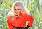 H Pamela Anderson σε καυτές πόζες μέσα στα.. καλαμπόκια [εικόνες] - Κεντρική Εικόνα
