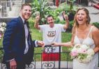 Αυτό το ζευγάρι στις γαμήλιες πόζες του έχει και τον Adam Sandler με μουστάκι - Κεντρική Εικόνα
